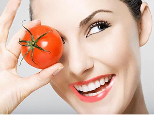 Cách trị bọng mắt dưới bằng Cà chua